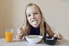 Äta den gulliga flickan fotografering för bildbyråer