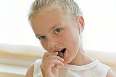 Äta den gulliga flickan royaltyfria foton