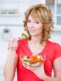 äta den heathy köksalladkvinnan arkivbilder