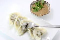 Äta den kinesiska klimpen arkivbild
