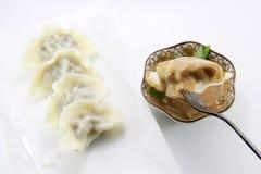 Äta den kinesiska klimpen royaltyfri foto
