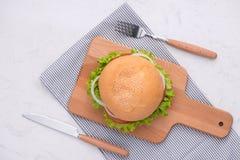 Äta den läckra hemlagade hamburgaren på tabellen Bästa sikt, kopieringsutrymme, royaltyfria bilder