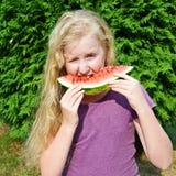 äta den lyckliga vattenmelonen för flicka Royaltyfri Bild