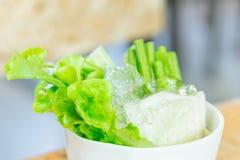 Äta den nya kalla grönsaken med matställemat som sidomaträtt Royaltyfri Foto