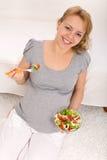 äta den nya lyckliga gravida salladkvinnan Fotografering för Bildbyråer