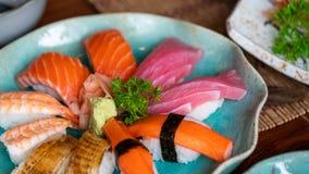 Äta den nya sushiSashimiuppsättningen fotografering för bildbyråer