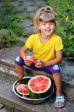 äta den små vattenmelonen för flicka arkivfoton