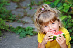 äta den små vattenmelonen för flicka Arkivbild