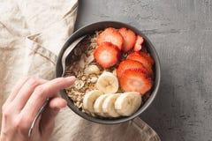 Äta den sunda frukostbunken Mysli och nya frukter i keramisk bunke i händer för kvinna` s Rent äta och att banta, detox, vegetari royaltyfri fotografi