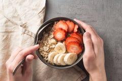 Äta den sunda frukostbunken Mysli och nya frukter i keramisk bunke i händer för kvinna` s Rent äta och att banta, detox, vegetari royaltyfria bilder