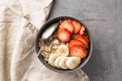 Äta den sunda frukostbunken Mysli och nya frukter i keramisk bunke Rent äta och att banta, detox, vegetariskt matbegrepp royaltyfri fotografi