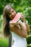äta den teen vattenmelonen Arkivfoton