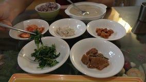 Äta den traditionella koreanska maträtten som tjänades som tillsammans med liten sidodisk, kallade Banchan Asiatisk autentisk kok lager videofilmer
