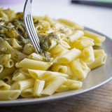 Äta en italiensk mat för pestopasta besegra tätt upp royaltyfri fotografi