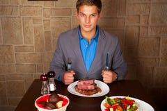Äta en nötköttbiff Royaltyfria Foton