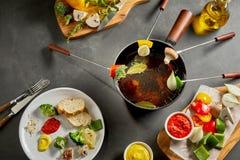 Äta en smaklig fondue för ny grönsak arkivbild
