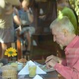 Äta för äldre man Royaltyfria Foton
