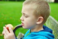 äta för äpplebarn Royaltyfria Foton