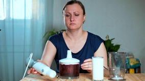äta för begrepp som är sunt En kvinna förbereder en blandare arkivfilmer
