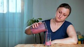 äta för begrepp som är sunt Kvinnan förberedde en läcker och sund smoothie arkivfilmer