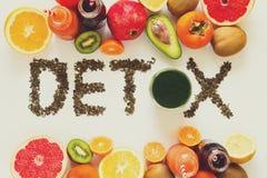 äta för begrepp som är sunt Uttrycka `-detox` från grönt te med färgrika smoothies och frukter Royaltyfri Fotografi
