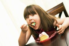 äta för födelsedagcakebarn Royaltyfri Foto