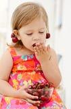 Äta för flicka som är glat Arkivbild
