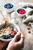 äta för frukost som är sunt royaltyfri bild