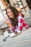 Äta för kafékvinna Arkivfoton