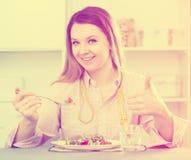 Äta för kvinna som är sunt för att förlora vikt Royaltyfria Foton