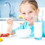 Äta för liten flicka Arkivbild