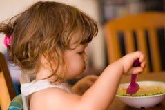 Äta för liten flicka Arkivfoto