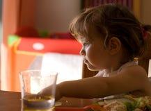 Äta för liten flicka Fotografering för Bildbyråer