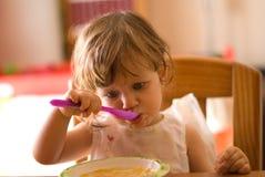 Äta för liten flicka Arkivbilder