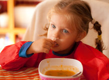 Äta för liten flicka Arkivfoton