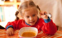 Äta för liten flicka Royaltyfri Fotografi