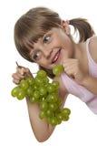 Äta för liten flicka druvor Arkivbilder