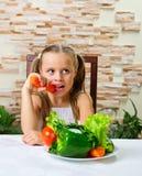 Äta för liten flicka grönsaker Arkivfoton