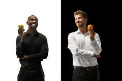 Äta för män frukter på en svartvit bakgrund royaltyfria foton