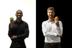 Äta för män frukter på en svartvit bakgrund fotografering för bildbyråer