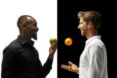Äta för män frukter på en svartvit bakgrund arkivfoto