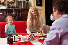 Äta för moder, för fader och för barn Arkivfoton
