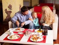 Äta för moder, för fader och för barn Royaltyfri Fotografi