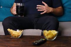 Äta för mycket stillasittande livsstil, oskick royaltyfri foto