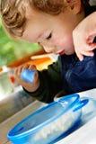 äta för pojke Royaltyfri Bild