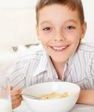 äta för pojkefrukost royaltyfri bild