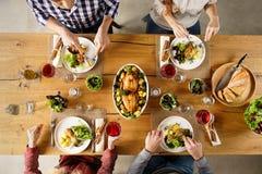 Äta för vänner arkivfoto
