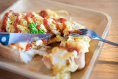 Äta förvanskade ägg royaltyfri foto