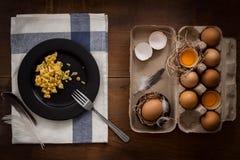 Äta förvanskade ägg lägga framlänges stilleben som är lantlig med stilfull mat Royaltyfri Bild