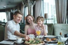 Äta familjen på en matställe Royaltyfri Bild